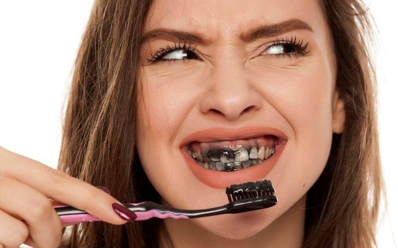 Kem đánh răng than hoạt tính có làm trắng răng như lời đồn?